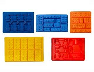 iNeibo Kitchen stampi lego silicone, imperdibile per gli amanti delle costruzioni lego, un Set di 5  forme diverse di lego mattoncini e lego figurine, eccelente per fare: cubetti di ghiaccio, cioccolatini, candele, sapone, caramelle ecc, 100% silicone alimentare privo di BPA ,i bambini li adorano per decorare le loro torte di compleanno!